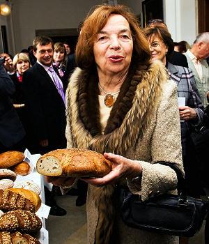 Pražská smetánka se chystá na slavnostní uvítání milovaného vůdce v metropoli.