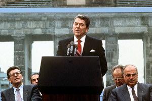 Mr. Gorbachev, tear down this wall! Z nedávné historie dobře víme, že je mnohem obtížnější správně bořit, než špatně stavět.