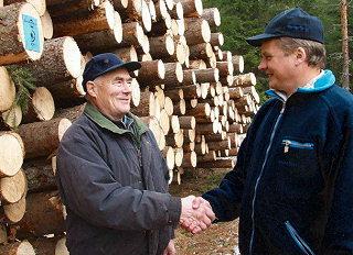 Vlastníci lesů budou ve výhodě, mohou si vybrat, zda přispějí finančně či v naturáliích. Podle Hermana bude ale přijímáno pouze středně vlhké dřevo s vysokým obsahem pryskyřice.