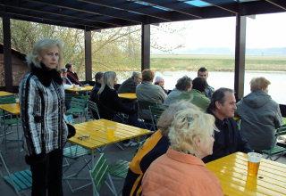 Rodiče a přátelé účastníků semináře raději vše pozorují z bezpečné terasy místní restaurace.
