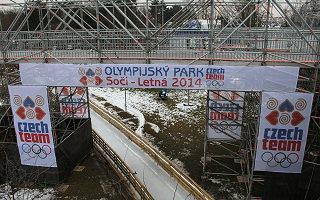 Pokud se ruské úřady nepodaří přesvědčit o Foglarově bezúhonnosti, vystoupí Rychlé šípy v novém Olympijském parku na Letné. Na rozdíl od areálu v Soči se multifunkční stavbu podařilo dokončit včas, přestože rozpočet byl mnohem nižší.