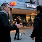 Ekonomická krize na ústupu. V českých ulicích přibývá bohatých lidí, kolemjdoucím nabízejí peníze