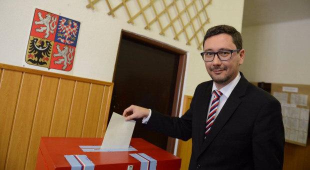 Jiří Ovčáček předvádí seniorům v domově sociálních služeb ve Vlašské ulici na Praze 1, jak správně vhazovat hlasovací lístek.
